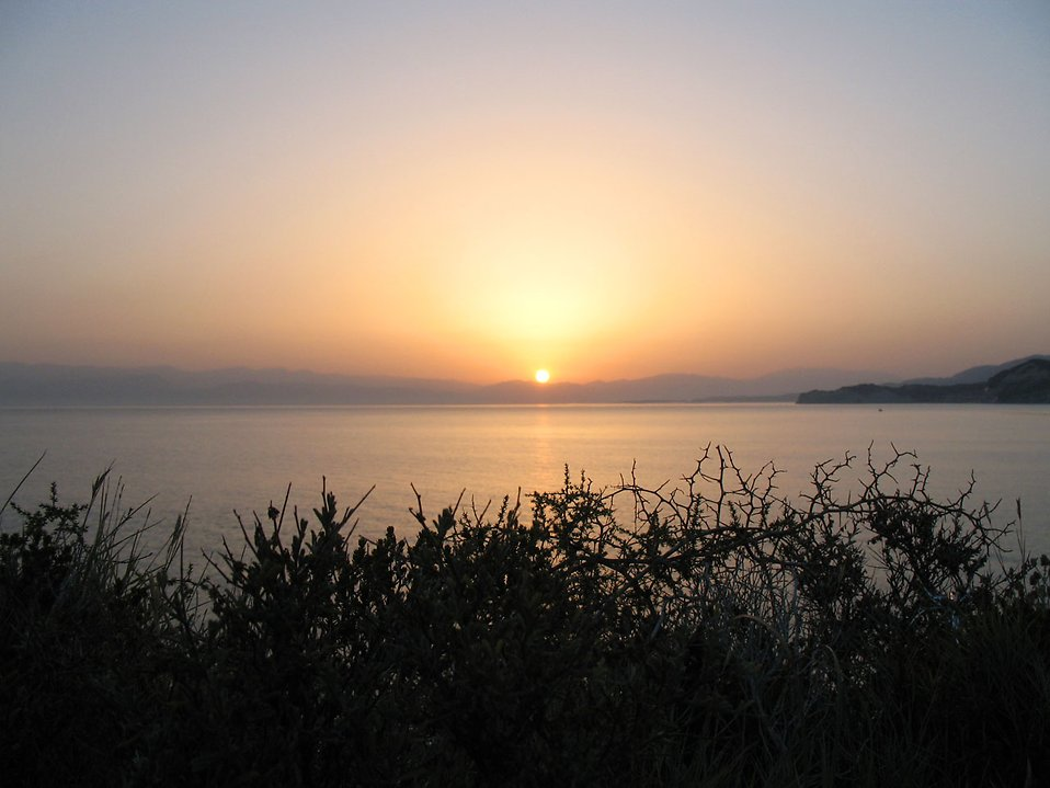 5693-the-sun-rising-over-a-lake-pv